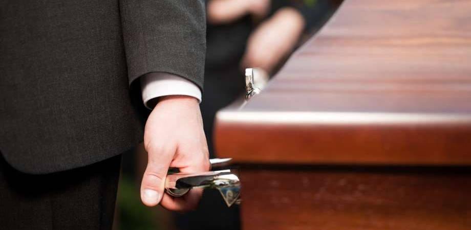 w-jaki-sposob-zaklad-pogrzebowy-pomaga-w-pochowku-zmarlych