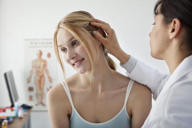 trycholog sprawdza stan skóry głowy