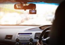 przedni-rejestrator-samochodowy-kobieta-jezdzaca-samochodem-z-magnetowidem